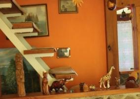 Cocina de la casa con armarios de madera y vitro