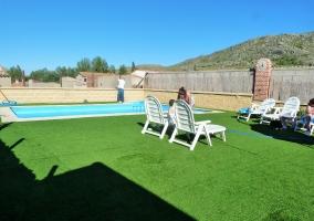 Amplia piscina solarium