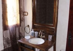 Aseo de la casa con lavabo en estructura de madera