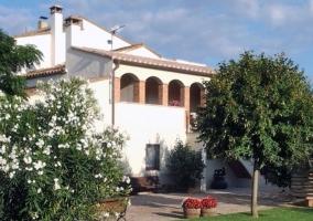 Acceso a la casa con fachada en color blanco