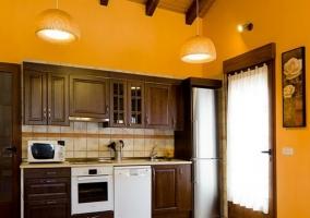 Cocina completa en color amarillo abuhardillada