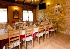 Comedor de estilo rústico con mesa amplia