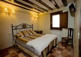 Dormitorio de matrimonio con colcha de rayas marrones