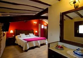 Dormitorio doble con frente en color rojo