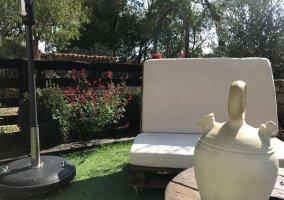 Sofá en zona del jardín