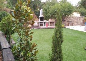 Jardín con cesped i barbacoa