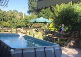 Vistas de la piscina y la barbacoa