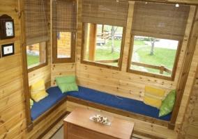 Sala de estar y la cocina al fondo con paredes de madera