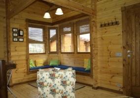 Sala de estar con mesa auxiliar de madera