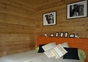 Sala de estar y una mesa auxiliar de madera con cocina