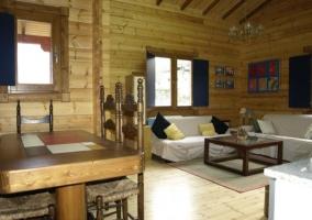 Acceso a la casa con fachada en madera