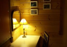 Dormitorio de matrimonio con cabecero de madera pintado