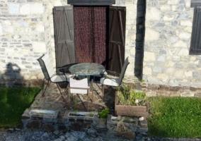 Acceso a la casa con paredes en piedra