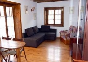 Sala de estar con mueble y televisor de plasma