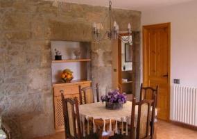 Salón-comedor con muros de piedra