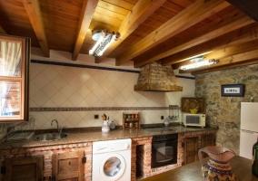 Cocina office con barra y armarios de madera
