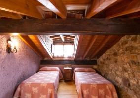 Dormitorio abuhardillado con tragaluz