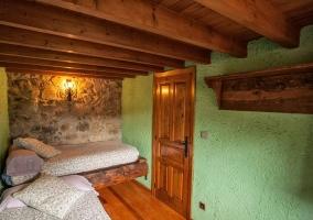 Dormitorio con camas individuales y paredes verdes