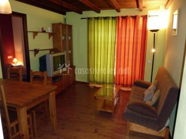 Sala de estar y comedor con suelos de madera