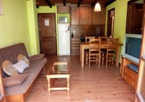 Sala de estar y comedor al lado de la cocina