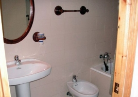 Aseo de la casa con bañera en color blanco