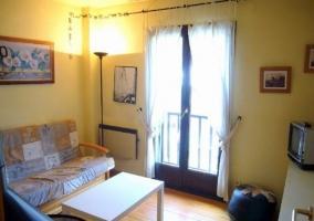 Dormitorio doble con un cabecero en madera alargado