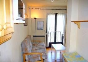 Sala de estar con sillones iluminados