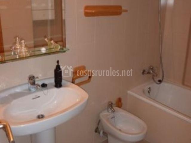 Aseo de la casa con espejos y lavabo
