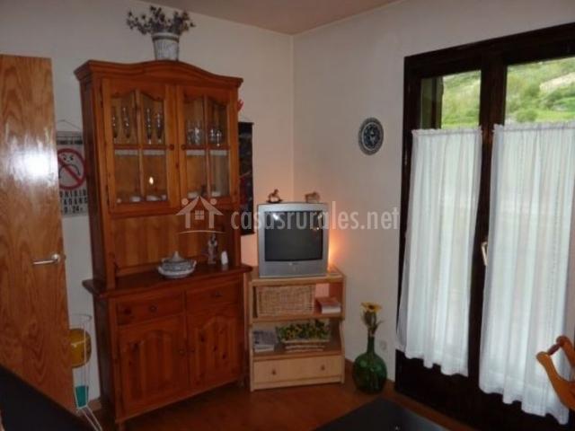Sala de estar con suelos de madera y mueble