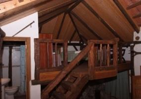 Sala de estar con mesa camilla y estructura de madera