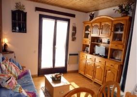 Sala de estar con suelos de madera y detalles en la pared