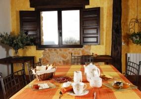 Salón comedor con mesa de desayuno