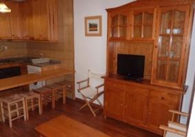 Sala de estar con sillones frente al mueble de madera