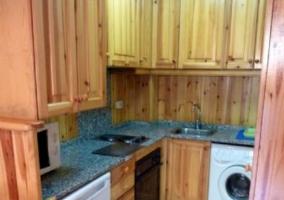 Sala de estar con suelos de madera y mesa redonda