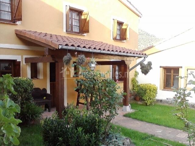 El cerezal i en puertas de vidiago asturias for Casas rusticas con jardin