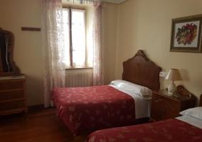 Dormitorio con cabeceros de madera tallados