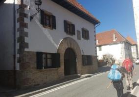 Vistas de la fachada y algunos peregrinos