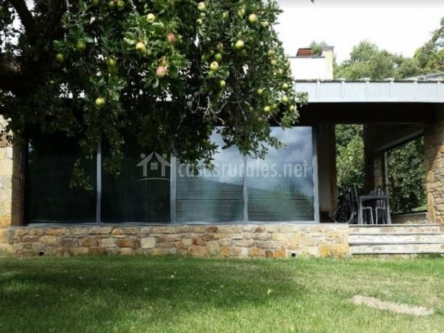 Acceso principal a la vivienda con espacios verdes