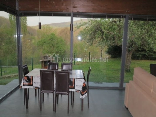 Sala de estar muy amplia con cristalera y vistas