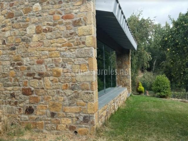Vistas de la fachada en piedra lateral