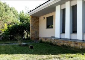Amplios espacios verdes delante de la casa