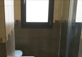Aseo de la casa con ducha acristalada