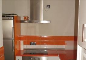 Cocina en naranja y blanco