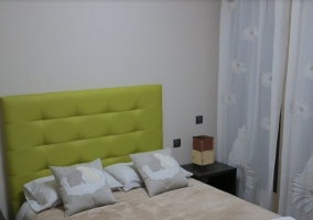 Dormitorio de matrimonio con cabecero acolchado