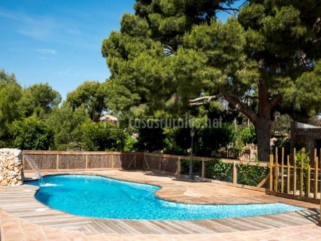 Amplias vistas de la piscina y la valla de madera