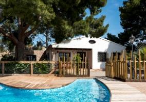 Acceso a la casa con vistas de la piscina