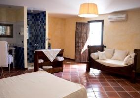 Dormitorio de matrimonio azul con su aseo y salida a los exteriores