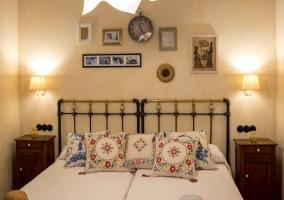 Dormitorio doble con detalles decorativos de sombreros
