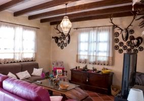 Sala de estar con sillones morados