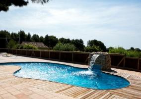 Vistas de la piscina con cascada